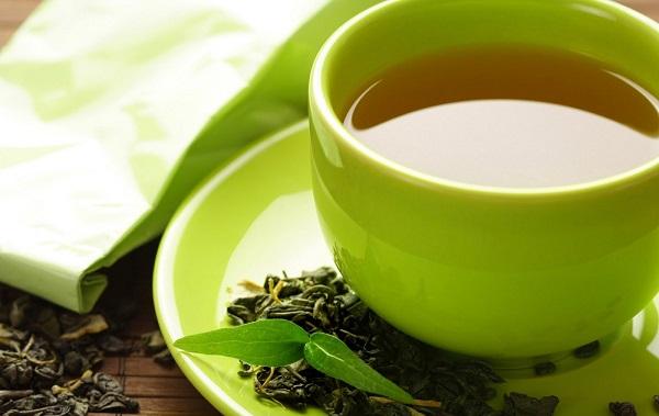kubek z zaparzoną zieloną herbatą